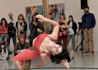 Performance de cirque contemporain par Anna Pinto au MAMAC à Nice