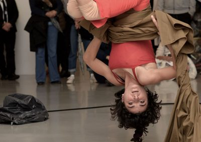 Performance de cirque contemporain, agréable tissus, au MAMAC à Nice