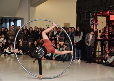 Performance de cirque contemporain, roue cyr, au MAMAC à Nice