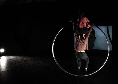 Deux artistes de cirque contemporain dans une roue cyr