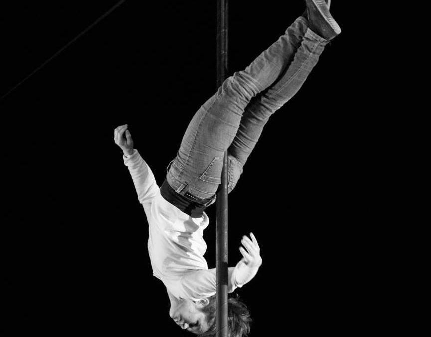 Raphaelle Rancher artiste au mat chinois pour la compagnie de cirque actuel les hommes de mains