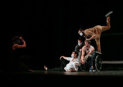 artistes de cirque contemporain jouant la prise d'une photo