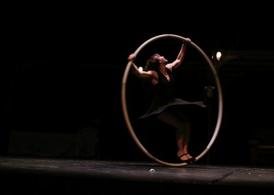 artiste de cirque actuel à la roue cyr