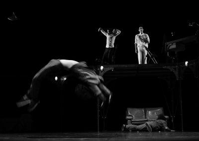 acrobatie d'un artiste de cirque actuel