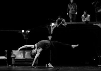 mouvement acrobatique d'une artiste de cirque contemporain