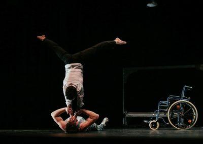 acrobatie d'un duo de mains à mains de cirque actuel