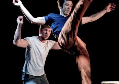 Acrobatie du duo de mains à mains pour la pièce CITY spectacle de cirque actuel