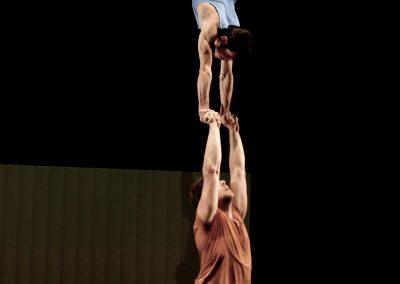 Portée acrobatique du duo de mains à mains pour la pièce CITY spectacle de cirque actuel