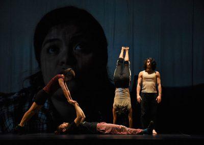 scène collective entre un duo de mains à mains et deux acrobates danseur de cirque contemporain