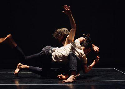 deux artistes de cirque contemporain en mouvement